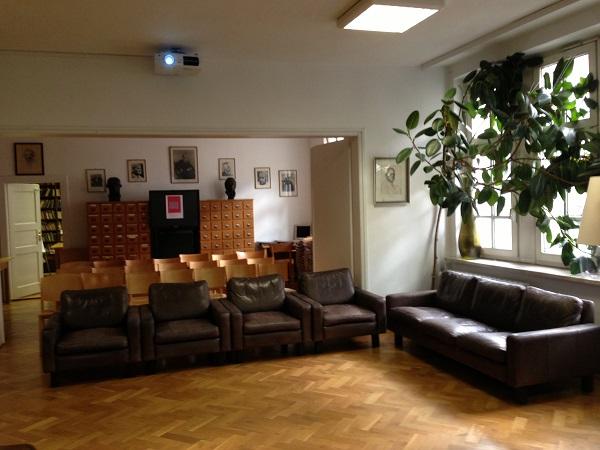 Зал в библиотеке Толстовского фонда с портретами Нобелевских лауреатов по русской литературе на задней стене.
