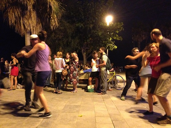 Танцующие Влюблённые Барселоны под Луной