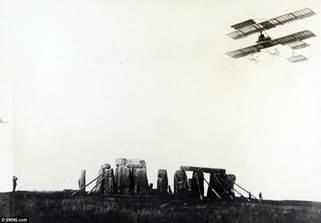 На военных учениях в Солсбери, во время полета над Стоунхенджем впервые в Англии было послано сообщение по радио  с аэроплана. 1910 год.