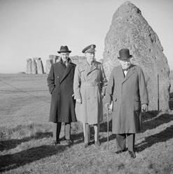 Черчилль, Маршалл и Кейси возле Стоунхенджа. 1943 год.